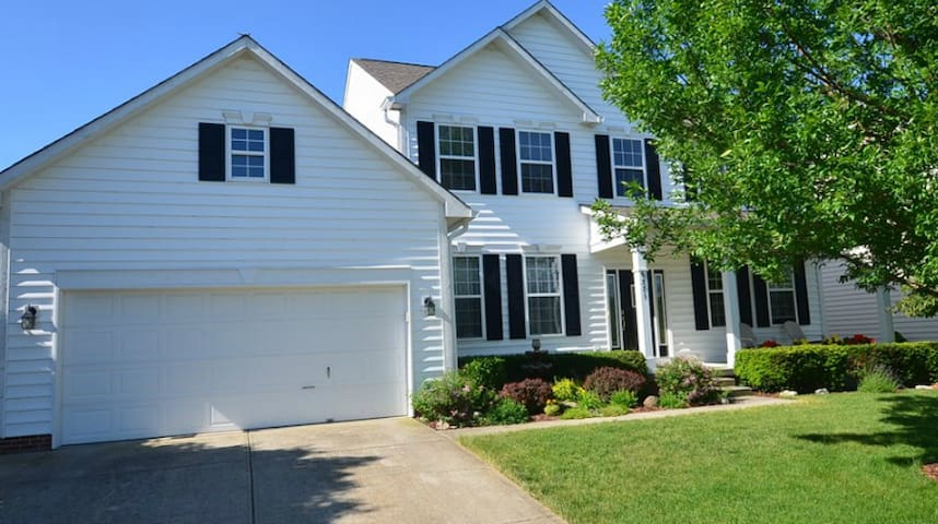 15 mins from Downtown Indy: Beautiful 4 Bedroom - Madison Township