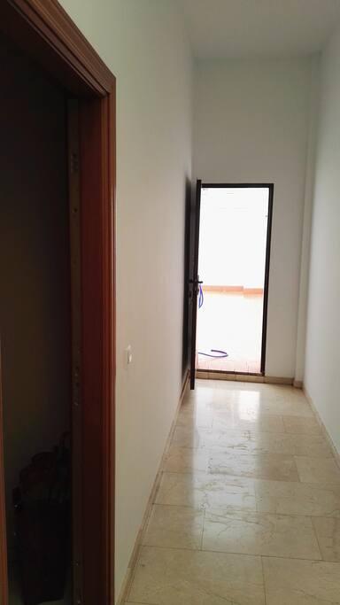 Entrada  al apartamento y entrada terraza comunitaria
