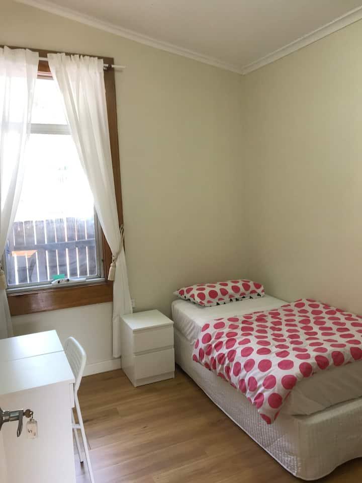 Single furnished  Private room 4 min  walk Station