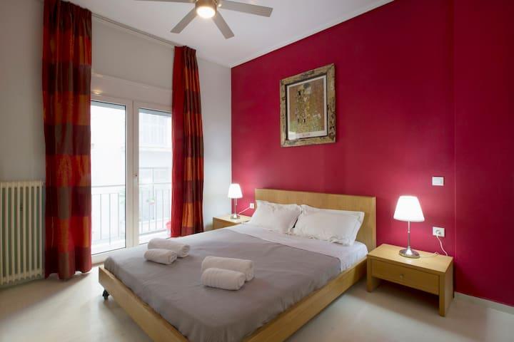 Cosy Apartment, 150m from Acropolis Metro