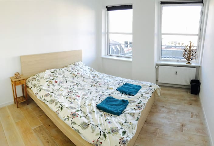 Bright room with cozy bed close to Nørrebro St. - København - Apartment