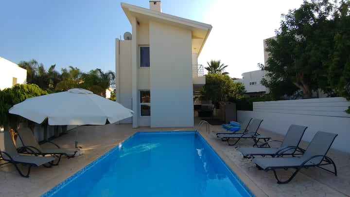 Privileged 3bdroom villa next to the center &beach