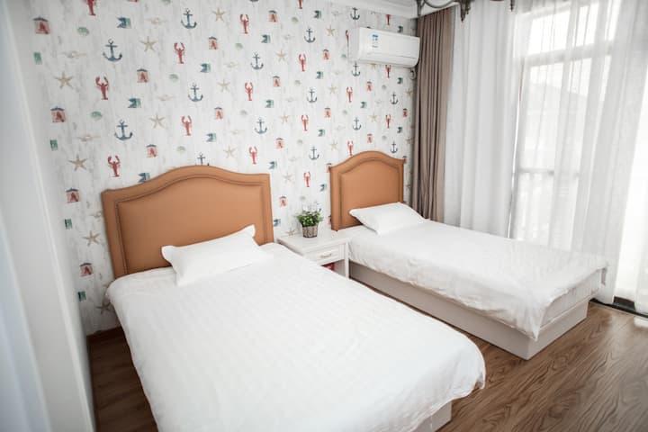 【超赞房东】田边小楼-303,朱家尖适合情侣一家三口组团旅游住的田边小楼,欢迎咨询。