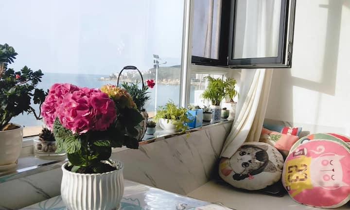 面朝大海,春暖花开。国际海水浴场中心地带第一排面海。一个有着海景和甜品的温馨小屋。