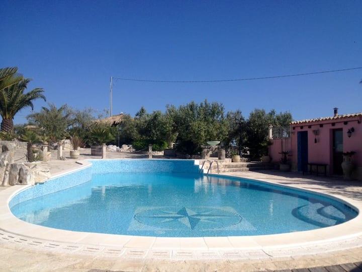 Dependance in villa con piscina