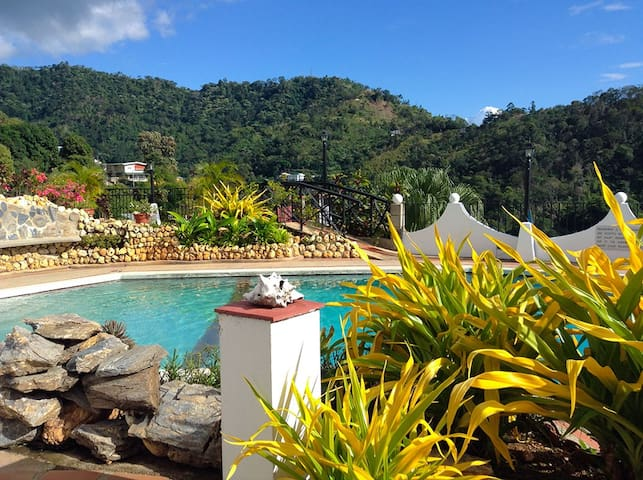 Mountainside studio apartment, quiet and safe - Port of Spain - Flat