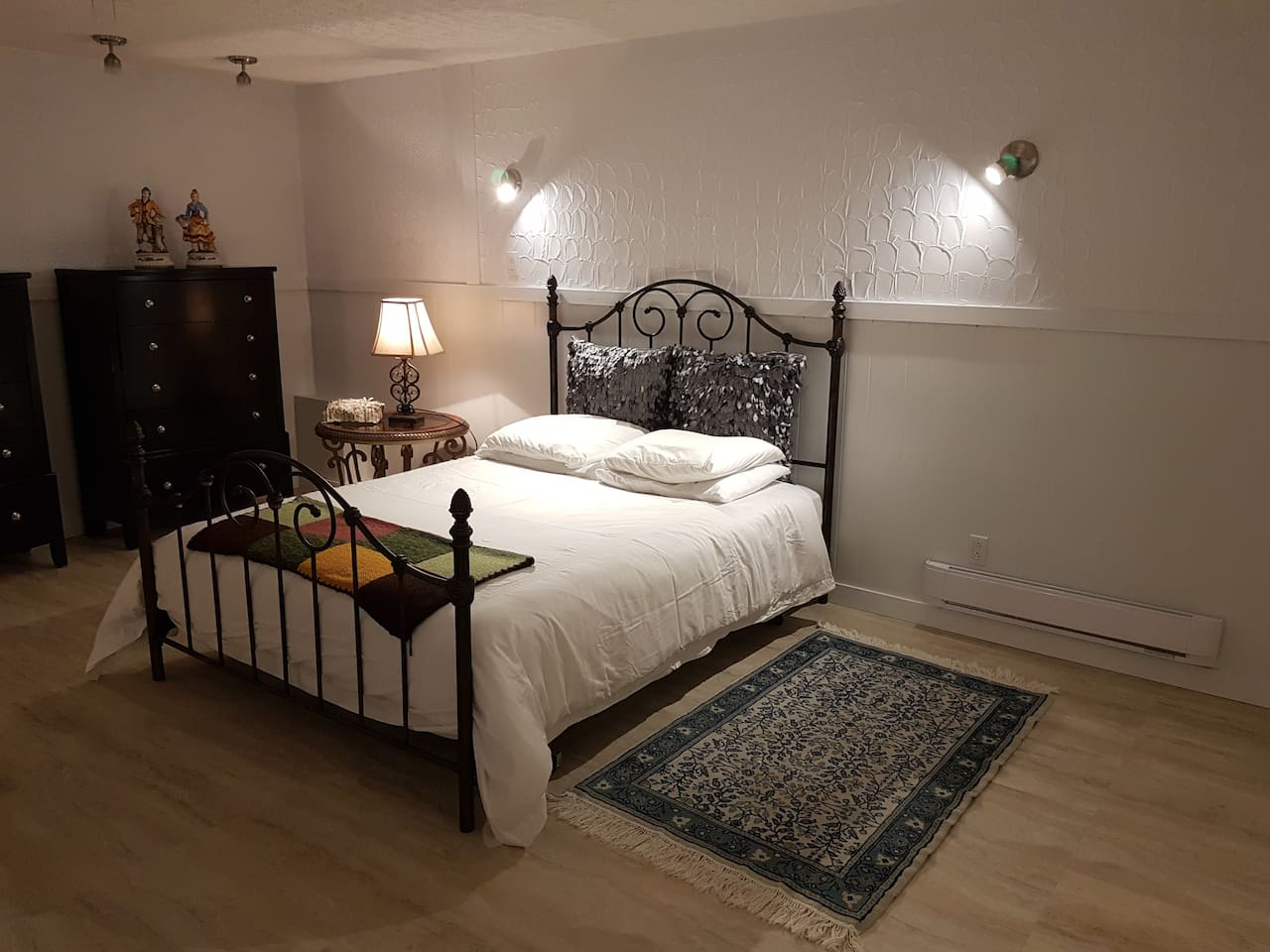 Lit Queen tres confortable. Draps, couette et oreillers de qualite. Extra couverture. Espaces de rangements et penderie pour vos vetements de soirees. Very comfortable Queen bed. Quality linens and pillows. Closet and drawer chest dressers.