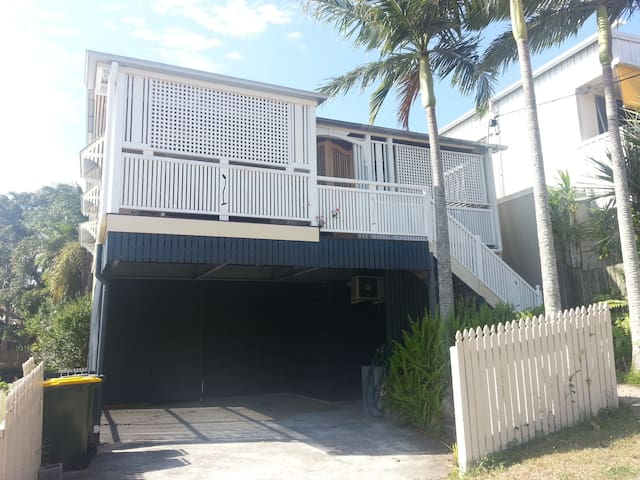 Queenslander cottage close to PA Hospital Qld Uni - Annerley - 타운하우스