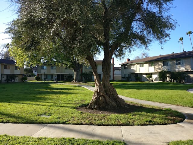 Great Private Room Near Airport and Disneyland! - Tustin - Townhouse