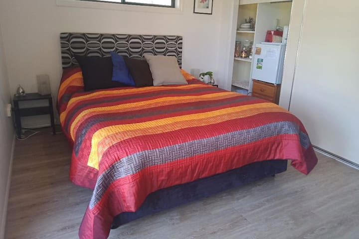 Comfy B&B Room. QueenBed, Own Bathroom & Amenities