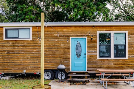 TINY HOUSE EXPERIENCE 4 mi. from beach!