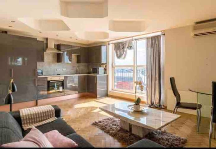 City Centre 2 bed 2 bath Apartment with Balcony