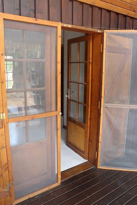 moustiquaires à toutes les fenêtres