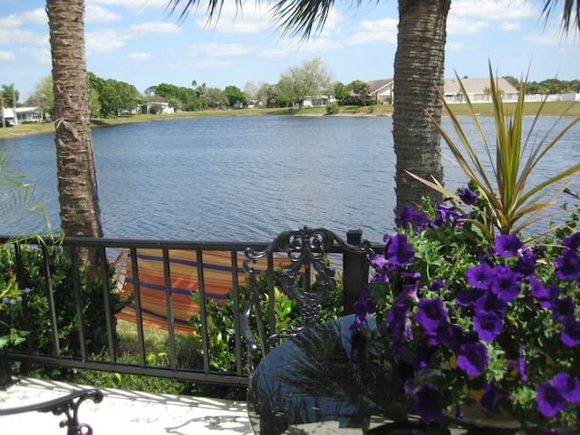 Private Room and Bath with Lakefront View! - Vero Beach - Casa
