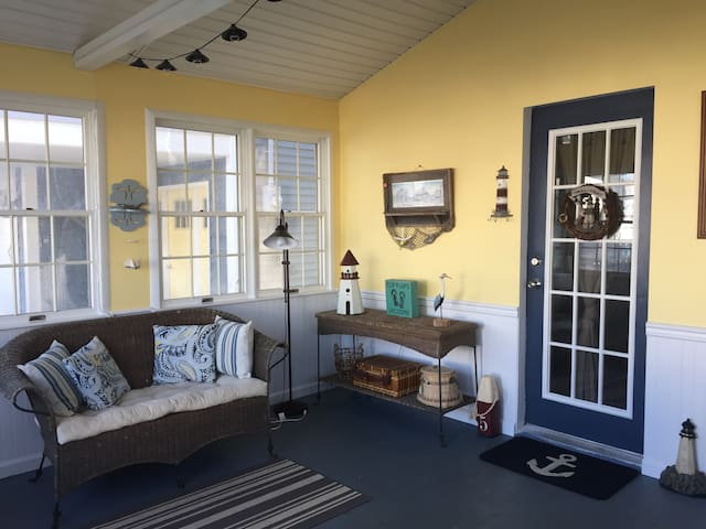 Beach Get Away -3BR,A/C,1 Block to Ocean,4 Badges
