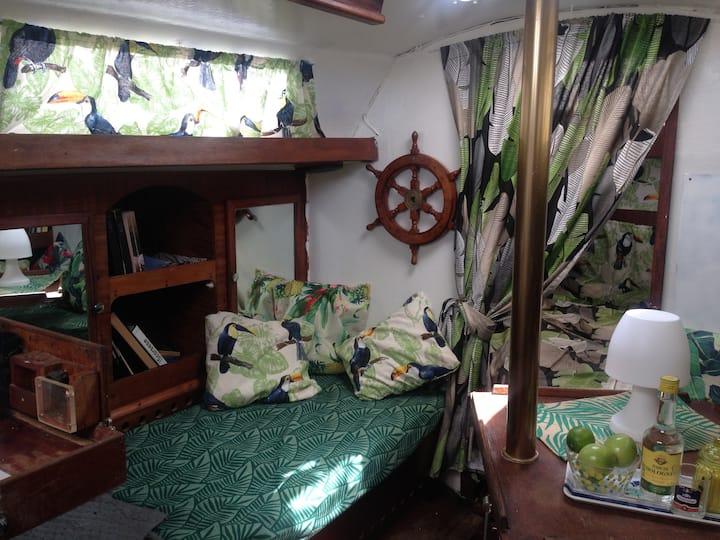 Choisir le dépaysement: un voilier à quai