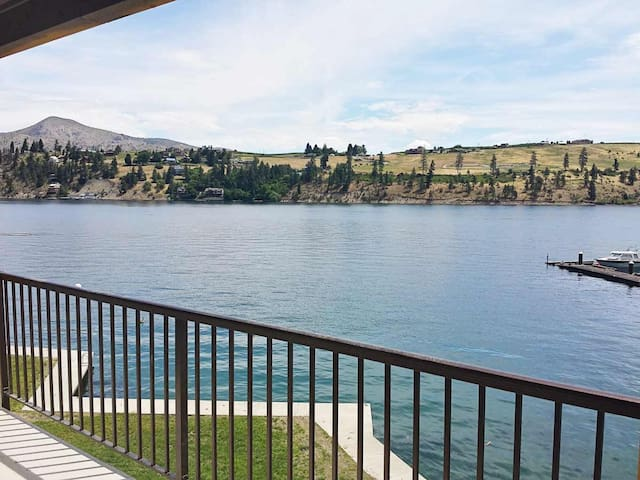 Brand New Waterfront Home Right on Lake Chelan - Chelan - House