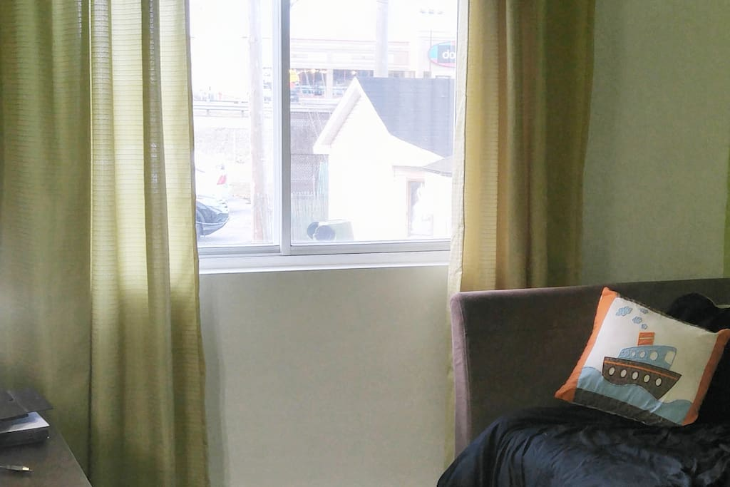 Chambre à coucher pour une personne lit gigogne.