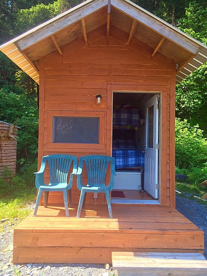 Cozy cabin with free pancake and waffle bar!