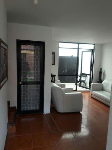 salón de acceso a la habitación