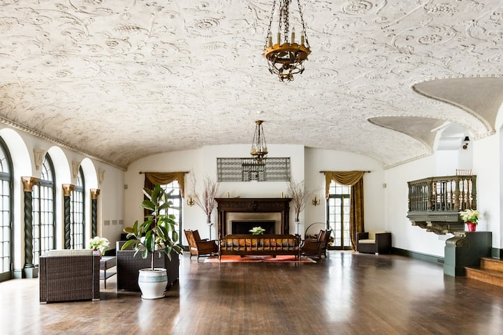 Historic Estate with a Grand Terrace in Woodbury