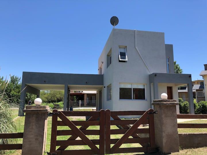 Casa en Villa Rumipal, a 2 cuadras del lago