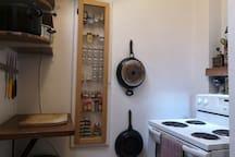 bien qu'elle est petite, la cuisine est très ergonomique, très pratique, il est agréable d'y cuisiner