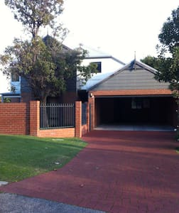 Clean Town House Close to the City and Airports - Redcliffe - Townhouse