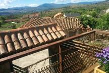 Balcón para vosotros, para extender la mirada a las vistas de la Sierra, tomar algo en la mesita, relajaros y disfrutar!