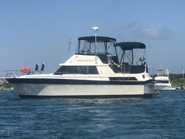 40' yacht with 3 full beds up to 6 guests