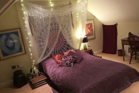 Meditative attic room + en-suite! - Twyford - Ház