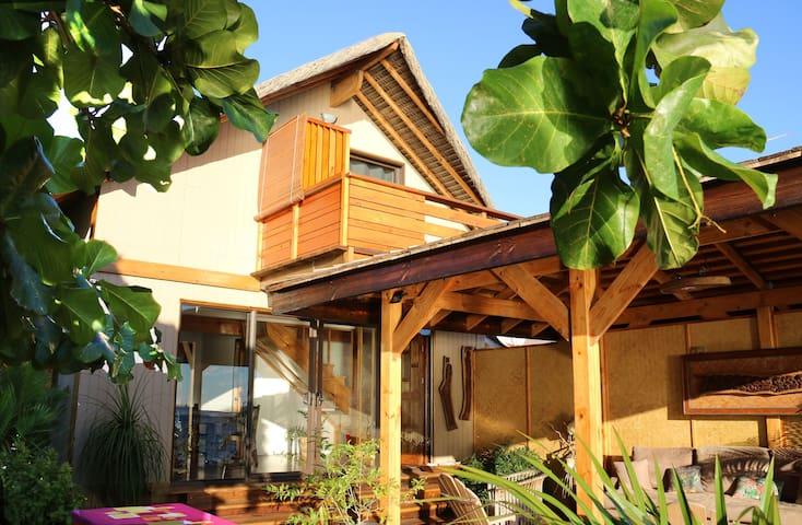 Bungalow à etage +terrasse couverte au bord du lagon