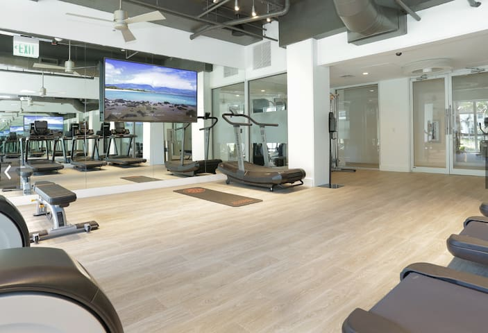 Luxury Resort Style Pad w/ Gym, Close To Beach
