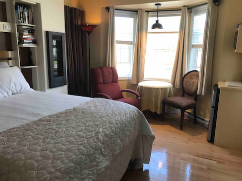 City centre queen suite with kitchenette