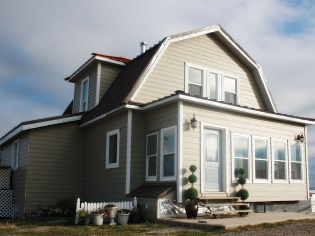 Famous 100 Yr Old Home Near Waterton- sleeps 10! - Cardston County - House