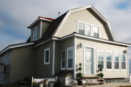 Famous 100 Year old Heritage Home Near Waterton! - Cardston County - Hus