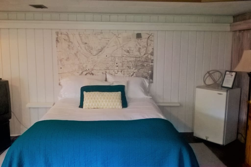 Queen size bed with down topper. Very comfortable. Audio sound proofing installed over bed.