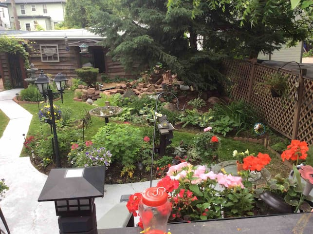 Walking distance to downtown/Cozy garden/comfy bed