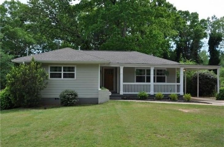 Bright clean home in convenient location - Decatur - House