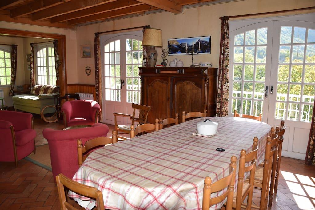 séjour de 50 m2 avec salle à manger , salon autour d'une cheminée .
