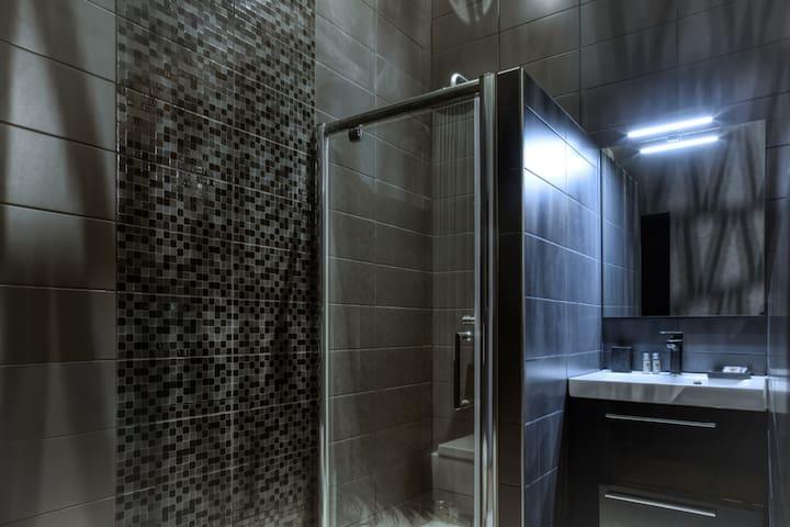 Salle de bains avec douche et WC privatifs