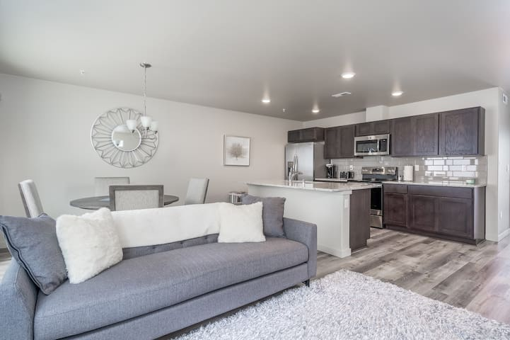 New and Charming Kennewick Townhome
