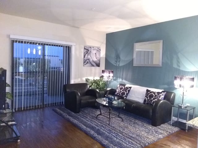 CLOSE TO AIRPORT & STRIP/KING SIZE BED