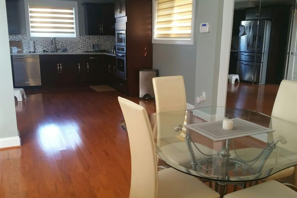 open kitchen/dining floor plan