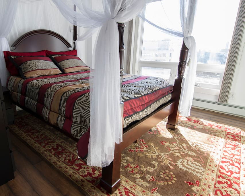 Grand Queen Canopy Bed with city view