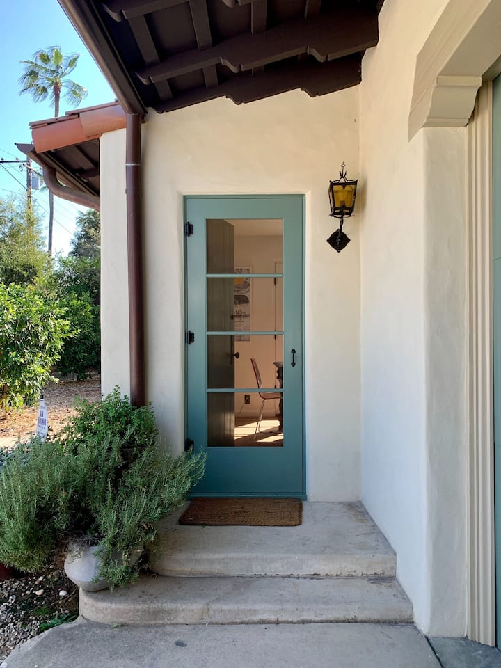 Charming 1920's Guesthouse with Private Patio