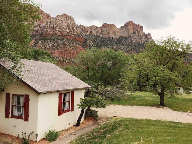Charming Cottage Convenient Location Amazing Views