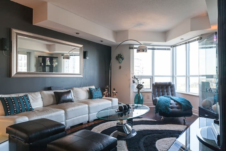 Modern Spacious Downtown (midtown) 2 bed Condo - Toronto