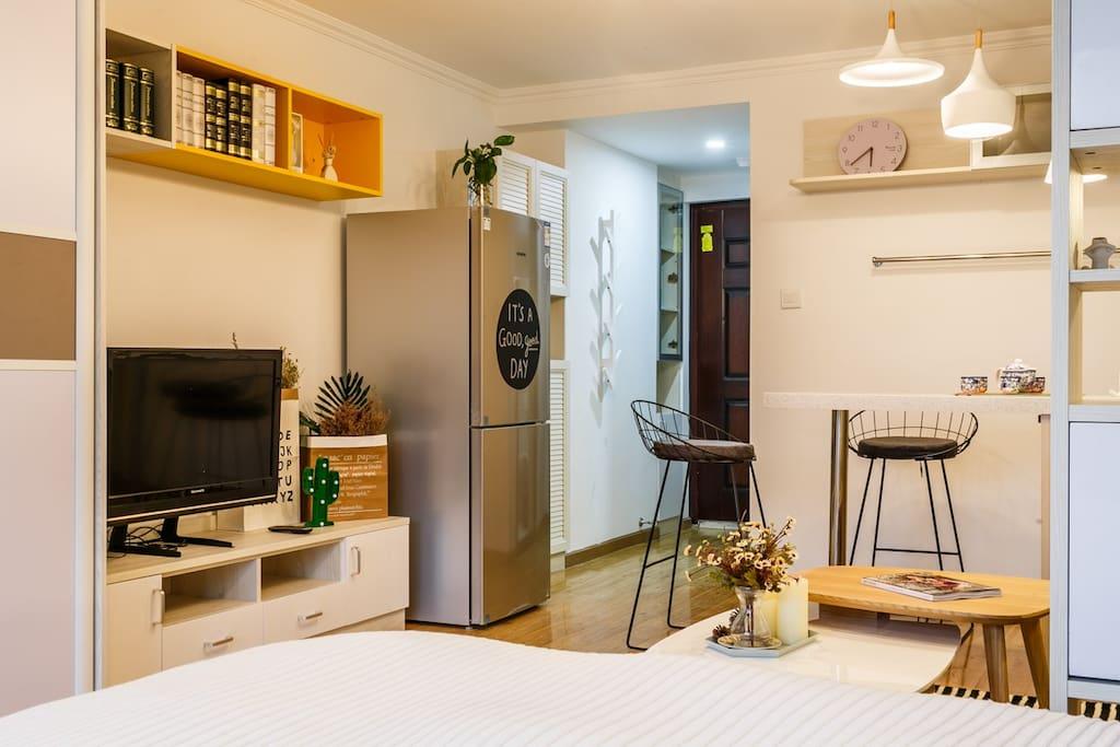 房间以白色为主,增加了黄色来跳色,增强跳跃感。
