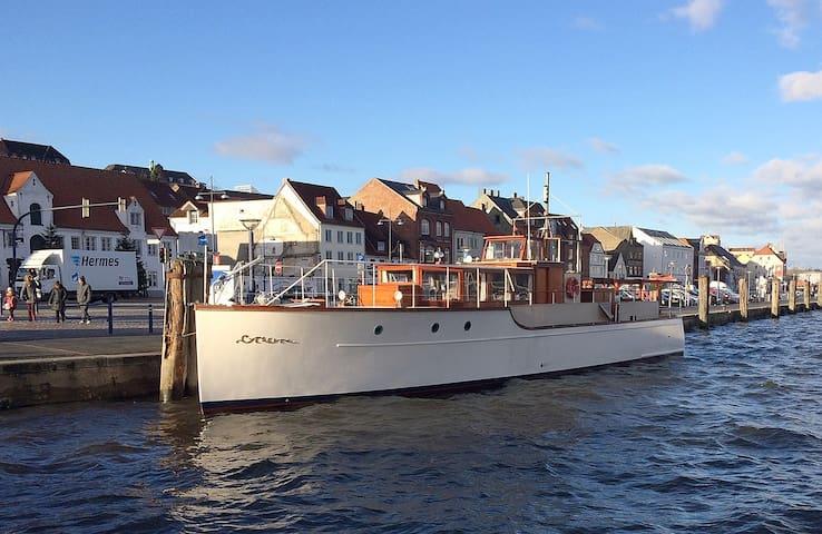 Klassische Motoryacht im Stadthafen von Flensburg